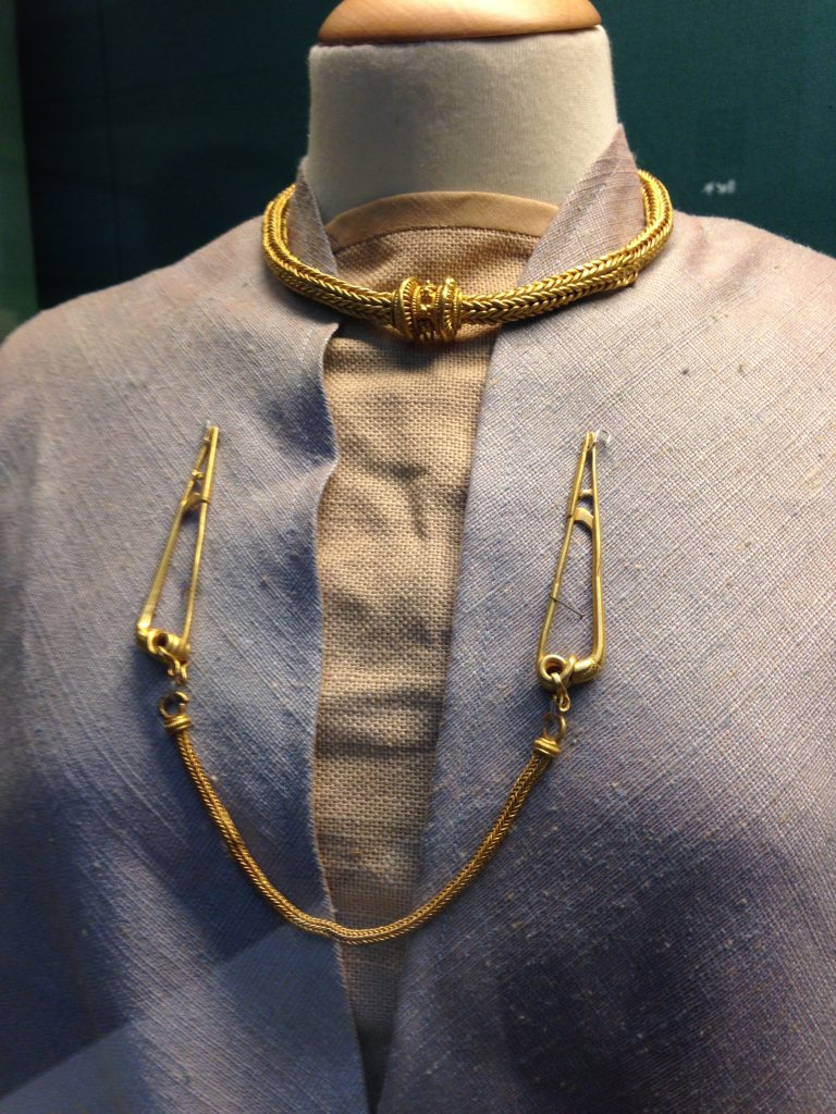 Gold fibulae joined by a chain